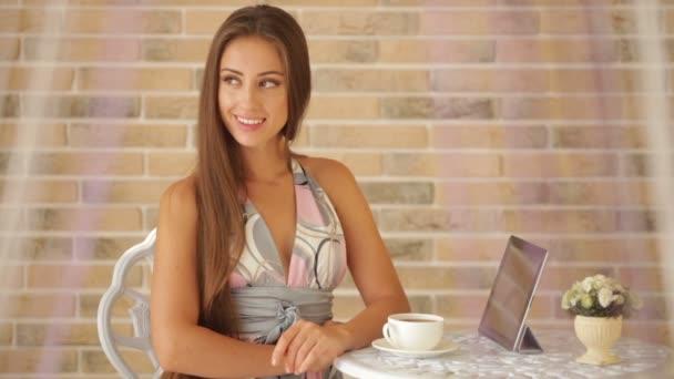 lány ül a kávézóban, a csésze tea