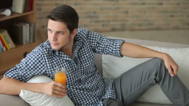 muž relaxační pohovka pití