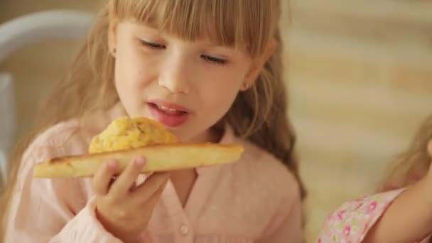 Két kislány pizzát eszik