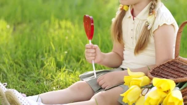 dívka s lízátko