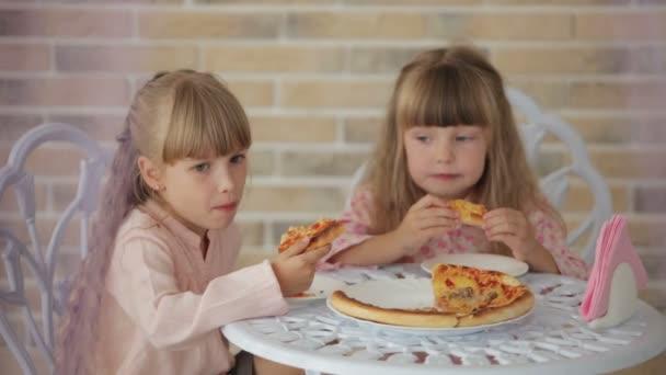 Két kislány ül asztal