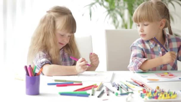 Két kislány ül íróasztal, rajz
