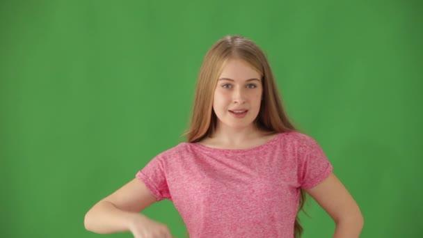 Frau auf grünem Hintergrund zeigt Daumen