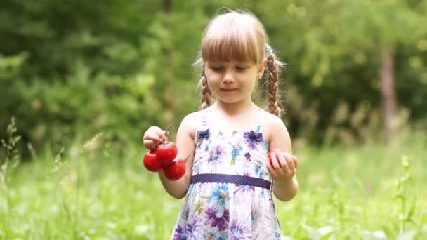 kleines Mädchen mit Gemüse