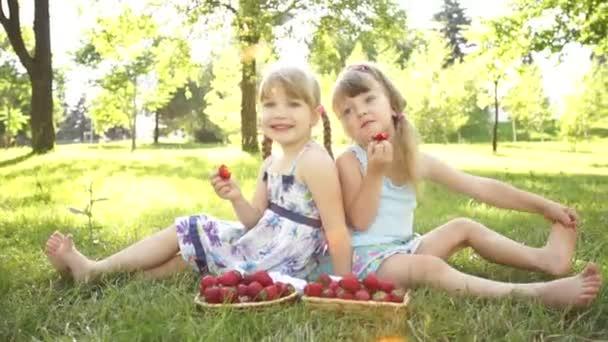 Boldog gyerekek eszik szamóca.