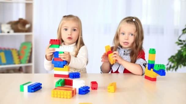Děti si hrají s konstruktor