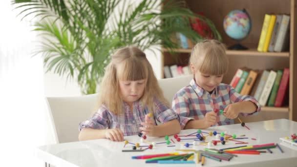 ül az asztal játék lányok