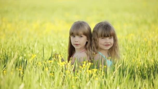 Dvě hezké dívky, které seděly v poli