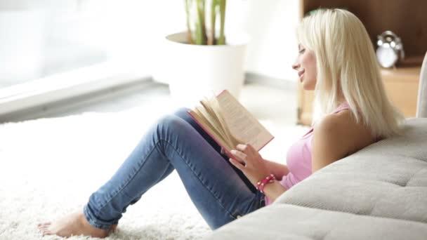 žena sedí na podlaze čtení knihy
