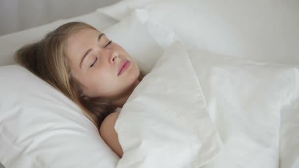 dívka, která spí na zádech v posteli
