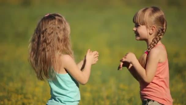 Sestry, tleská rukama