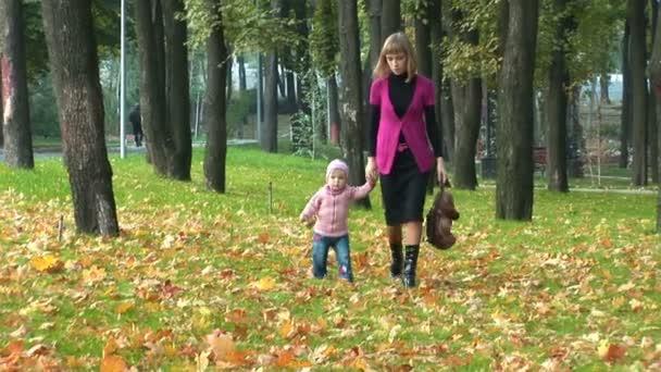 matka a dítě v parku