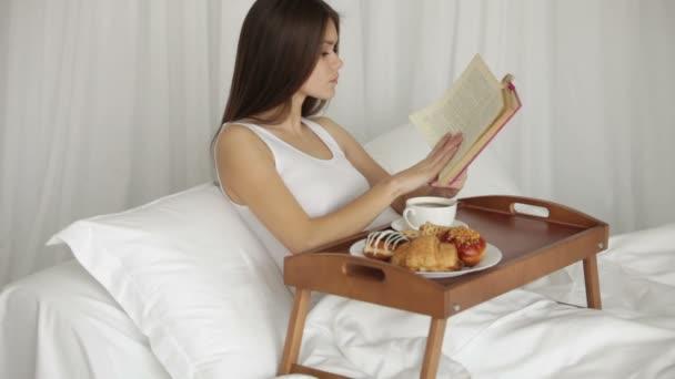 ragazza che si distende nel letto bere caffè