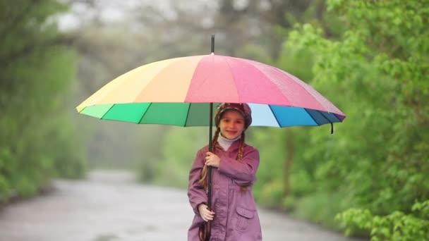 Kind mit einem Regenschirm im park