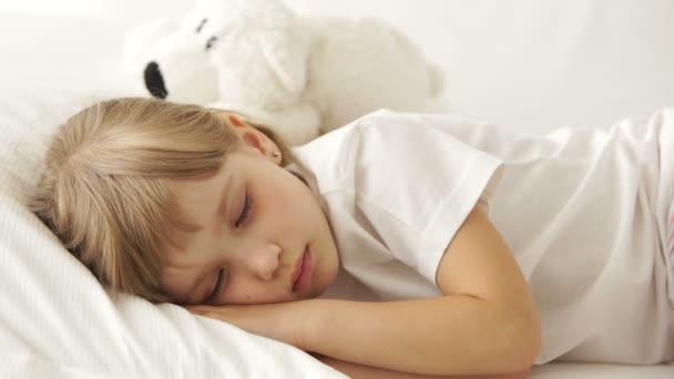 Legrační malá holčička spí