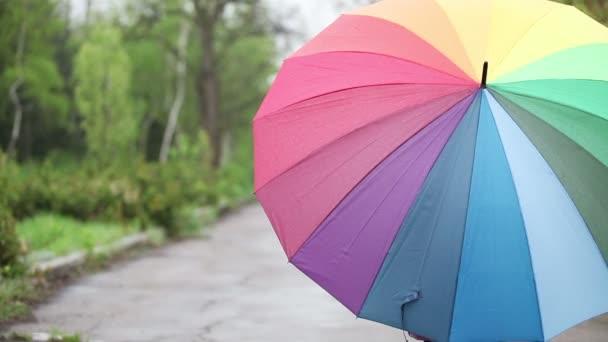 Mädchen mit Regenschirm im park