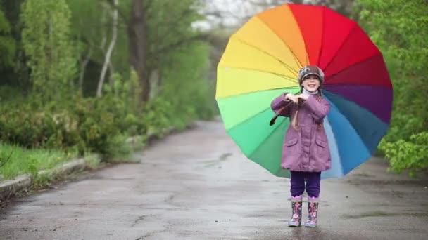 Kind-drehen-Regenschirm