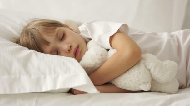 Aranyos kis lány az ágyban alszik