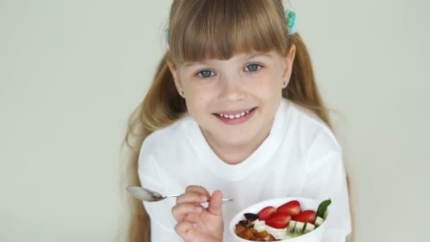 Dívka drží desku s jogurtem