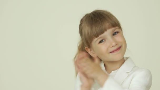 malá holčička tleskala