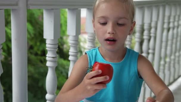 kleines Mädchen trinkt Tomatensaft