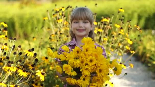 dívka s kyticí květin