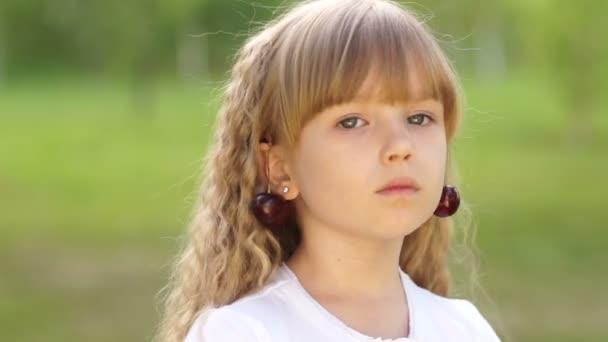 dívka s třešní náušnice