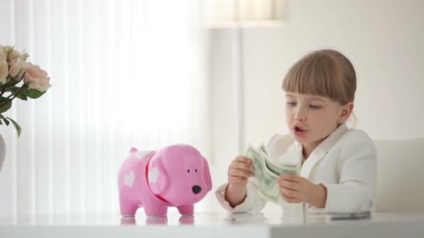 dívka drží peníze ve svých rukou.