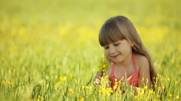 A lány élvezi az illata a virágok.