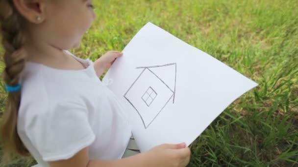 Dívka na pole s obrázkem