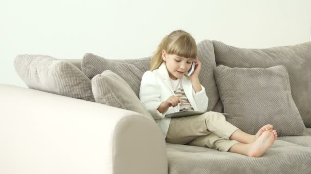 holčičky sedící na gauči
