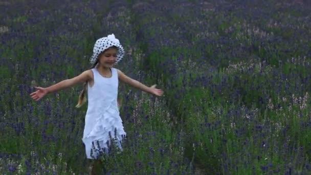 Bambino di filatura nel campo.