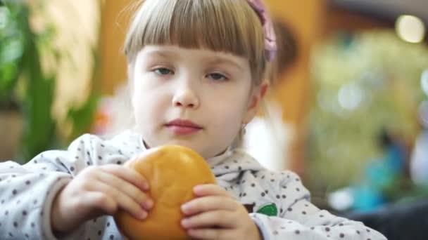 dívku jíst hamburger