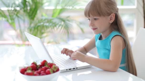 Pěkná holka susing laptop