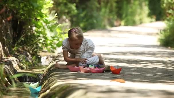 Malá dívka stojící na kolenou