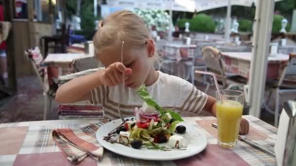 Holčička jí Řecký salát