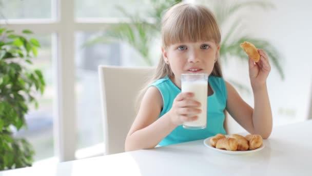 Legrační malá holčička konzumní mléko