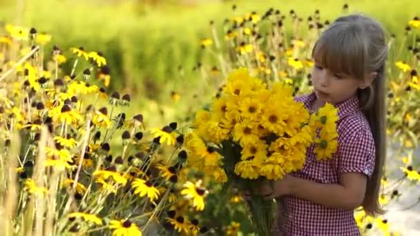 Dívka při pohledu na včelí