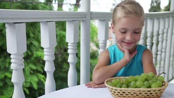 az asztalnál ülő kislány