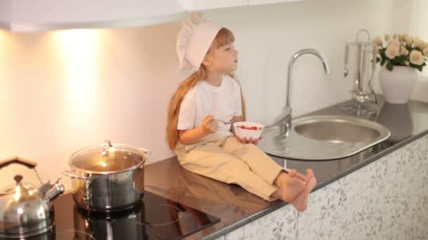 Mädchen sitzt in der Küche