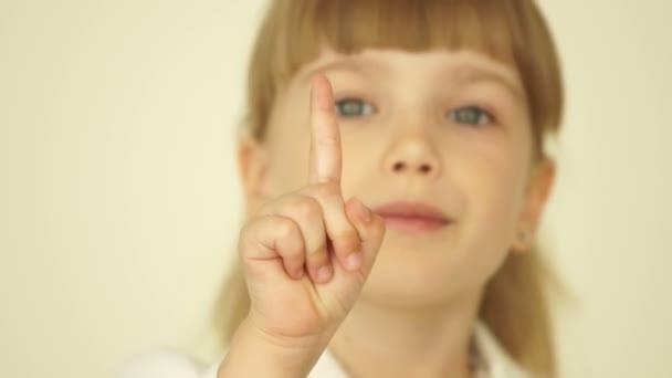 dívka zobrazeno mír