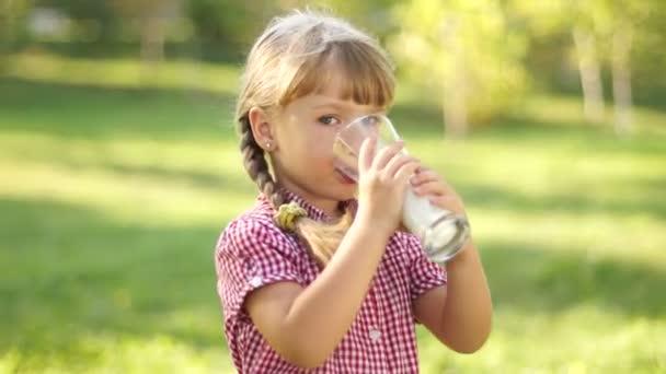hezká dívka konzumní mléko