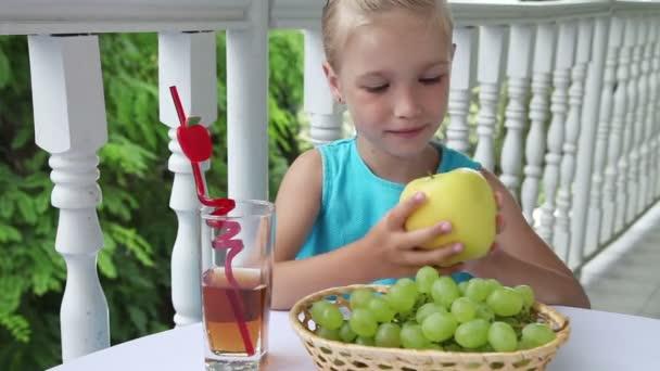 Dívka hospodářství velké šťavnaté jablko