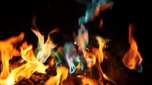 Oranžové a modré plameny ohně