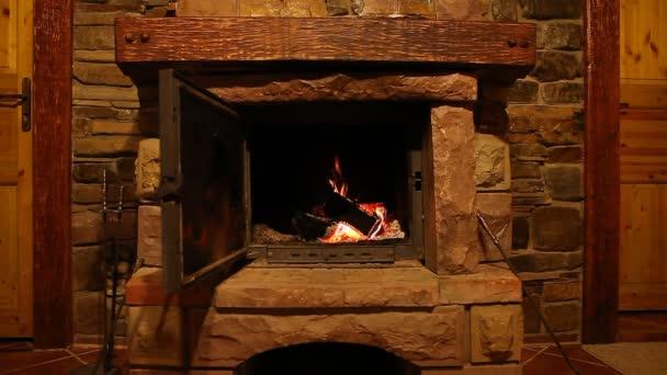 Dřevo záznamy hořet oheň v krbu, romantickou atmosféru