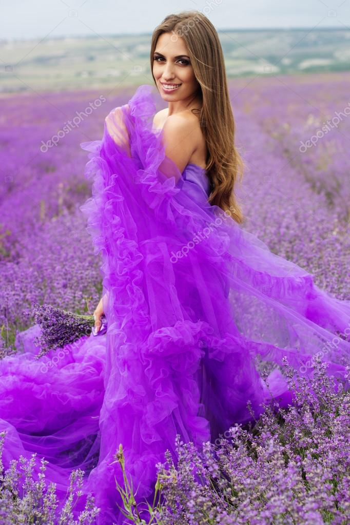 Chica de moda lleva vestido púrpura — Foto de stock © _chupacabra_ ...