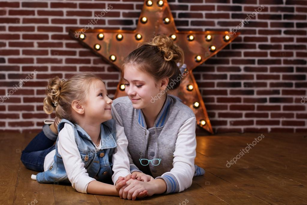 Zwei Mädchen Vor Ziegel Wand Und Dekorative Sterne U2014 Stockfoto