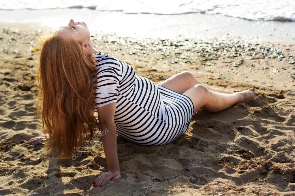 femme enceinte sur la plage de sable photographie chupacabra 117333990. Black Bedroom Furniture Sets. Home Design Ideas