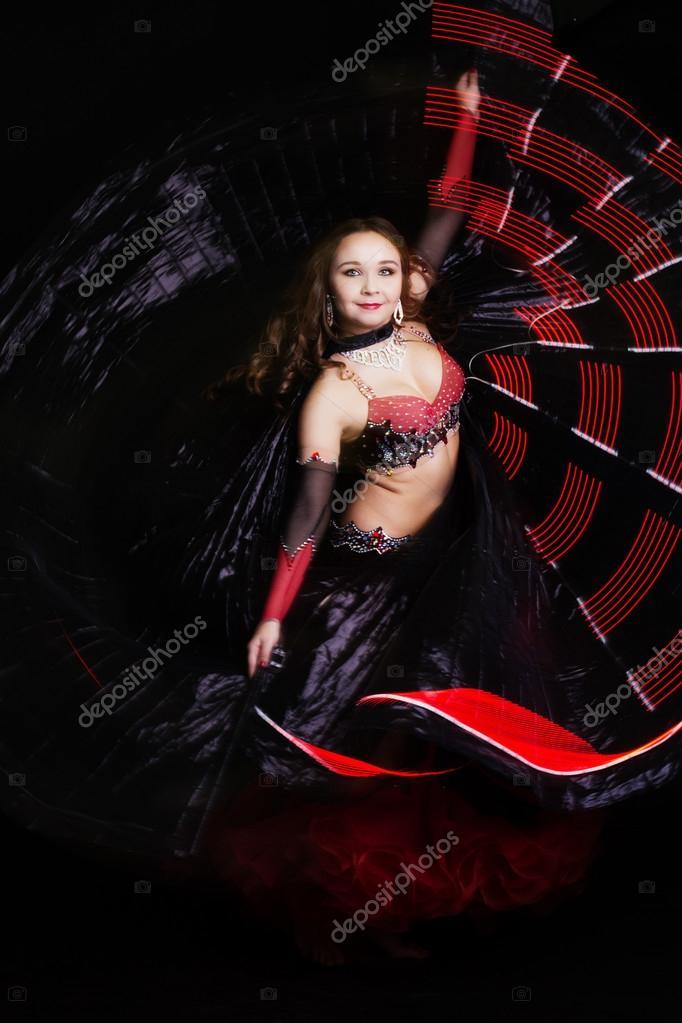 Gyönyörű hastáncos lány visel egy fekete divat ruha. Elszigetelt fekete —  Fotó szerzőtől  chupacabra  dc793a592c