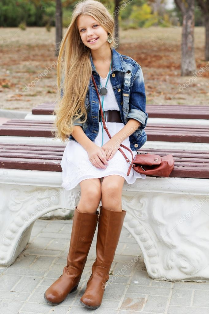 Chica Joven Es Jurar Vestido Y Botas Foto De Stock